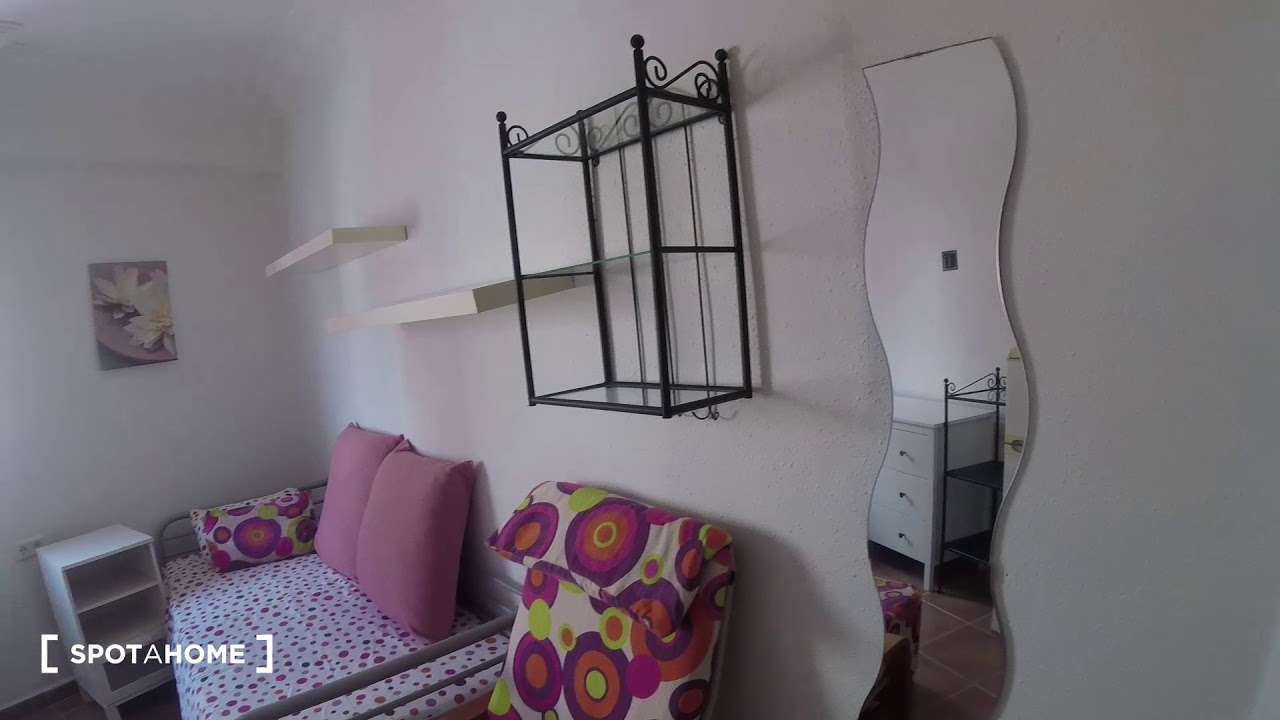 Furnished room with shelving in 6-bedroom apartment, Jesús