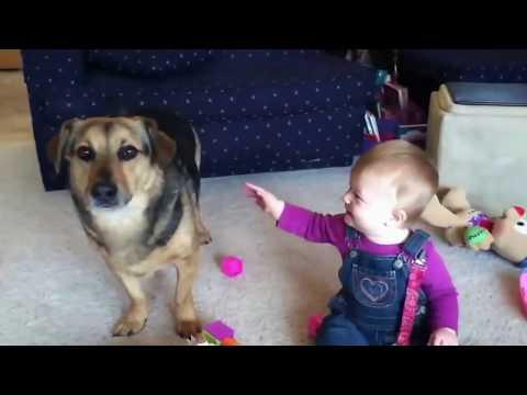 Baby bekommt Lachanfall wegen Seifenblasen