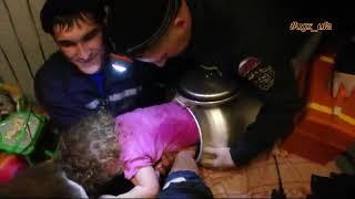 UTV. В Уфе двухлетняя девочка застряла в бидоне