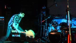 Video basák kapely IRNIS rozbíjí kytaru při koncertě