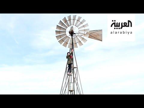 العرب اليوم - شاهد: طفلة تتسلق طاحونة لترسل واجبها الى المعلمة
