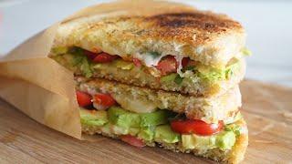 Testez vite le CROQUE VEGGIE avocat tomate mozzarella grillé à la poêle. Seulement 5 ingrédients