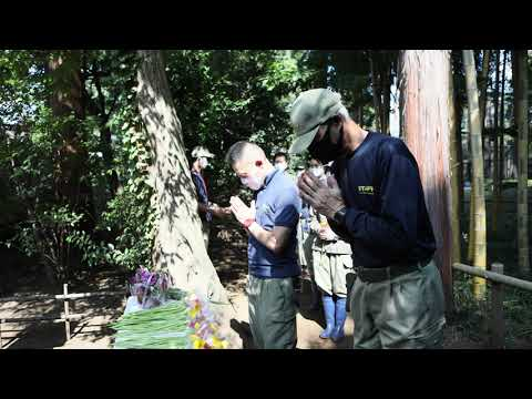 動物慰霊碑への献花のようす:井の頭自然文化園