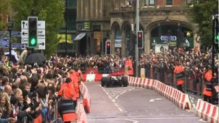 ジェンソン・バトンがマンチェスター市内でF1デモ走行
