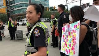 小粉紅與黑衣人對壘溫哥華百老匯天車站之三:瞧加拿大美女警察!不加錢走人?小粉紅溜之大吉。唐風攝錄