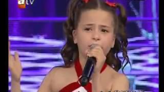 طفلة تركية  أبكت العالم تغني لامها كي تعود اليها