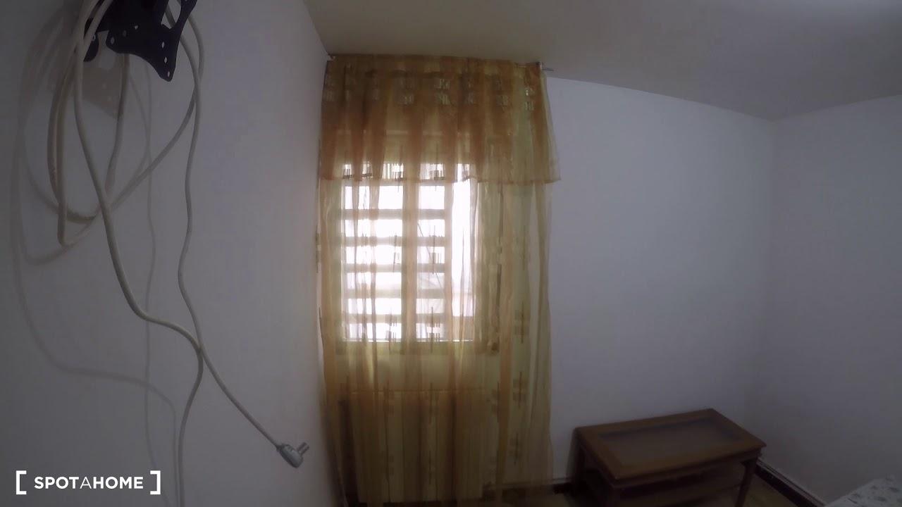 Rooms for rent in comfortable 3-bedroom apartment in Puente de Vallecas