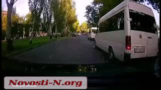 "Видео ""Новости-N"": В Николаеве маршрутчик подрезал легковушку"