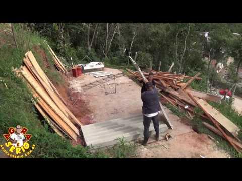Fiscalização da Prefeitura de Juquitiba manda moradora do Morro do Inchadão desmanchar o seu barraco em cinco dias e ponto.