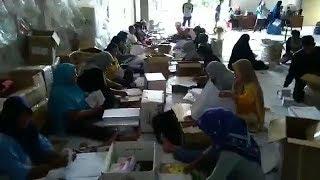 Ratusan Warga Dikerahkan KPU Kota Pangkalpinang untuk Melipat Surat Suara
