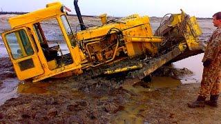 Гусеничные бульдозеры на бездорожье Бульдозер застрял в грязи Жесть! Bulldozer stuck in the mud