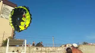 Водный парашют на Черном море зацепился за электропровода и покалечил туристов