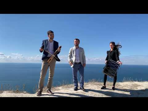 Ο Αντέμ Μπεσκιοϊλού τραγουδάει το «Thalassa Karadeniz» με φόντο τον Εύξεινο Πόντο