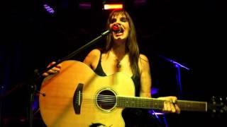 """Fabiana Cantilo """"Brillante sobre el mic"""" en el Bar Imperial"""