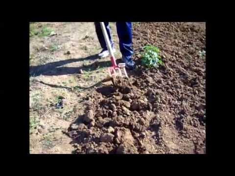 Remover la tierra del huerto con menos esfuerzo