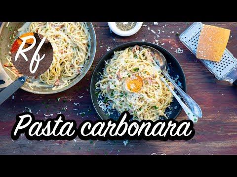 Pasta Carbonara är en klassisk italiensk pasta. Här med svartpeppar, parmesan,grädde, fläsk, äggula och persilja.>