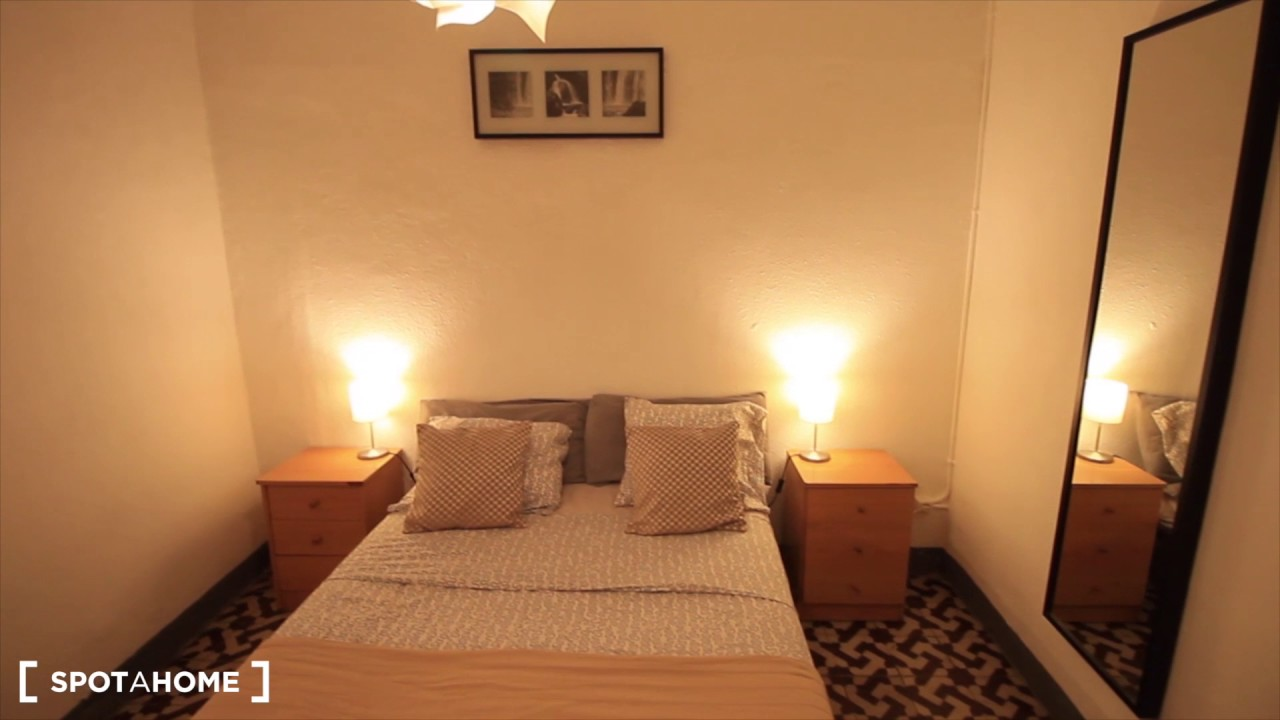 Double rooms for rent in 4-bedroom apartment with multiple balconies in El Raval