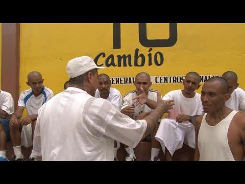 العرب اليوم - شاهد: مجرمون خطرون يكتسبون مهارات حرفية في سجن مكتظّ بالسلفادور