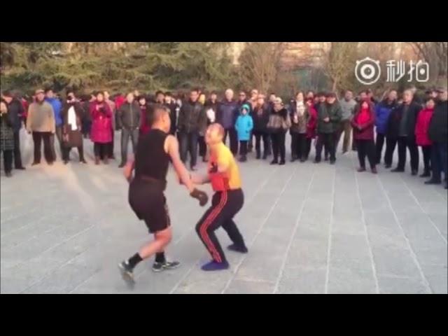 صينيان يستعرضان مهاراتهما بكرة الريشة في شارع بالصين