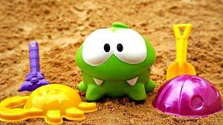 Ам Ням играет с формочками в Песочнице. Видео для детей