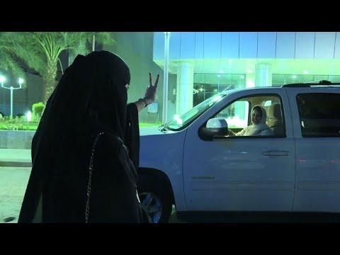 العرب اليوم - سعوديات يتجولن بسياراتهن في المملكة