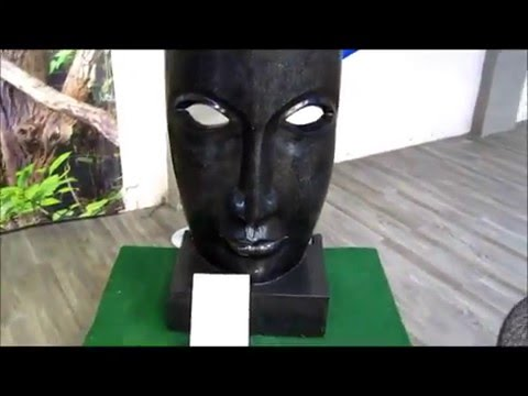Große Dekomaske aus dem MACO-Shop - Gartenfigur Skulptur in Zement schwarz marmoriert