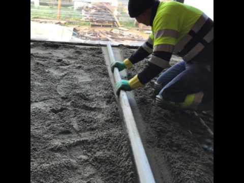 Bombeo de mortero semiseco con aditivo y fibras de vidrio sobre suelo de calefaccion radiante