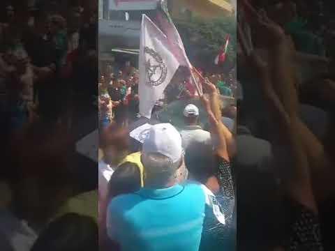 La troupe accueillie par la foule à Kobeyat au retour de l'opération