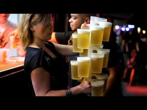 這個女生一次拿了20杯啤酒!