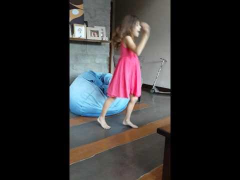 7 year old girl dancing, niña de 7 años bailando