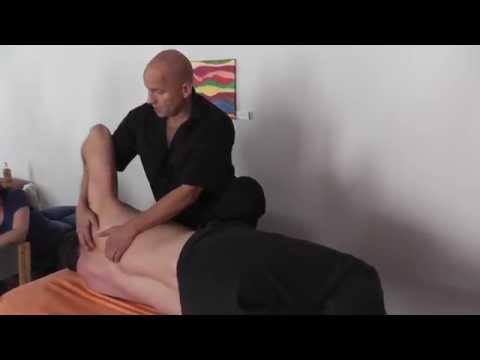 Der Schmerz im Rücken zwischen den Schulterblättern zurückgebend in die Brust
