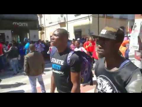 Rifugiati che marciano verso a casa di salvini.