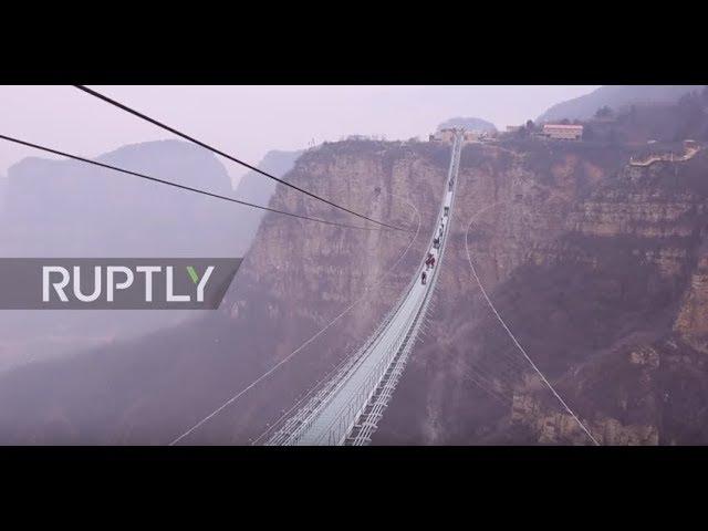 اطول جسر زجاجي يربط بين جبلين