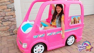 Maria Clara e JP andam no carro de brinquedo   Compilação Barbie car Camping adventure