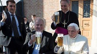 Папа Римский Бенедикт XVI сухарей свое 90-летие с поллитра