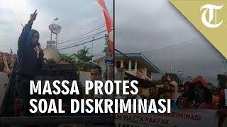 Massa di Fakfak Bawa Spanduk Sampaikan Protes soal Diskriminasi
