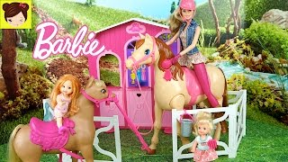 Las Bebes de Elsa y Ana Montan Caballo en el Establo de Barbie Juguetes