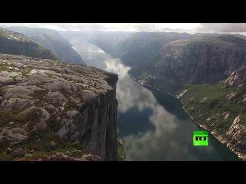العرب اليوم - شاهد: مغامر يكاد يسقط عن حبل معلق على ارتفاع ألف متر