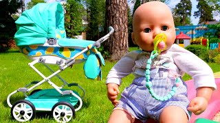 Neuer Kinderwagen für Baby Born. Spielzeug Video mit Puppen.