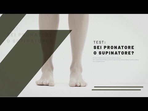Pietra su una ginnastica di pollice di gamba