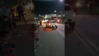 Carros colidem de frente próximo ao Shopping Cidade Luz, em Guarabira