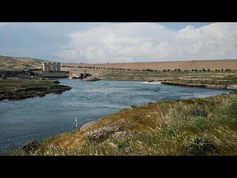 العرب اليوم - تراجع مستوى مياه سد الموصل يكشف عن مناظر جيولوجية فريدة تجذب السياح