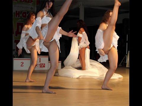 подсмотрим под юбки танцующих на сцене радостью пригласила
