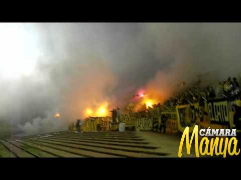 """""""Peñarol - U de Chile   Recibimiento Talud   Libertadores 2012   www.camaramanya.com"""" Barra: Barra Amsterdam • Club: Peñarol"""