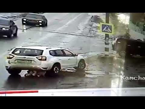 Водитель двигаясь задним ходом сбил и наехал на женщину