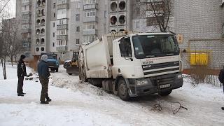 У дворі багатоповерхівки по вул. Лесі Українки сміттєвоз застряг у ямі на дорозі  - Житомир.info