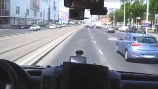 Смотреть онлайн Водитель скорой гонит по оживленной дороге