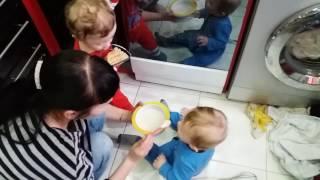 Малыши кушают Даниил и Егор 22.04.17