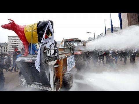 Βρυξέλλες: Διαμαρτυρία αγροτών με σκόνη γάλακτος