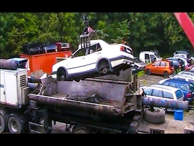 Утилизация автомобилей под прессом / Recycling of cars under pressure